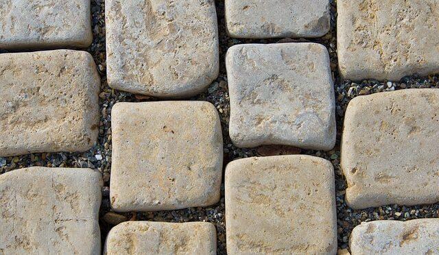 Jaką kostkę wybrać – granitową czy betonową? Kto położy ją najlepiej?